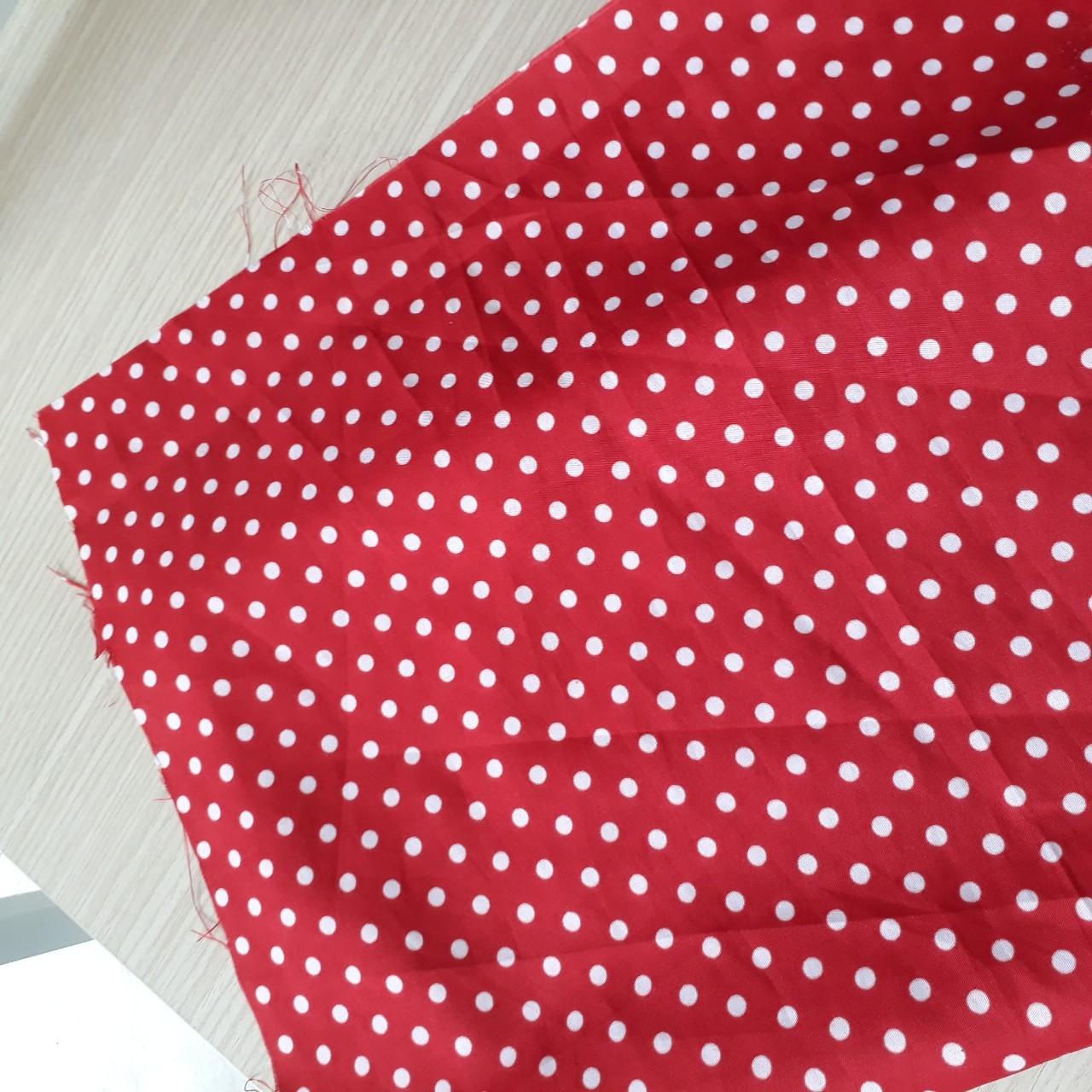Vải poly 100% nhuộm bông đỏ chấm bi